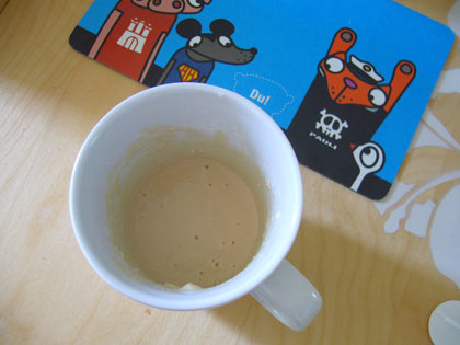 Hefe, 2 EL Milch, 2 EL Mehl, 2 EL Zucker in einer Tasse