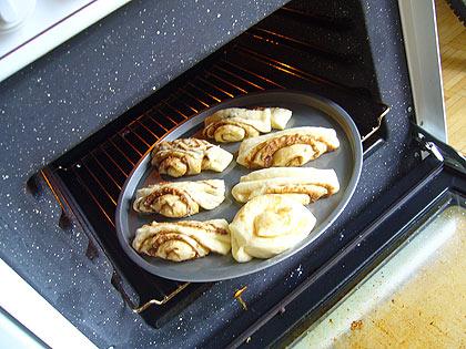 ab in den Ofen bei 250° und ca. 15 min backen – nicht weggehen und immer wieder nachsehen obs eh nicht zu braun wird!!